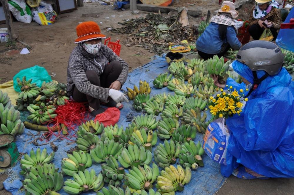 Những nải chuối ươm vàng, sản vật nhà trồng được bày bán
