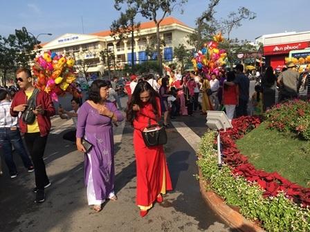 Đông nghịt người du xuân, lễ chùa ngày đầu năm - 2