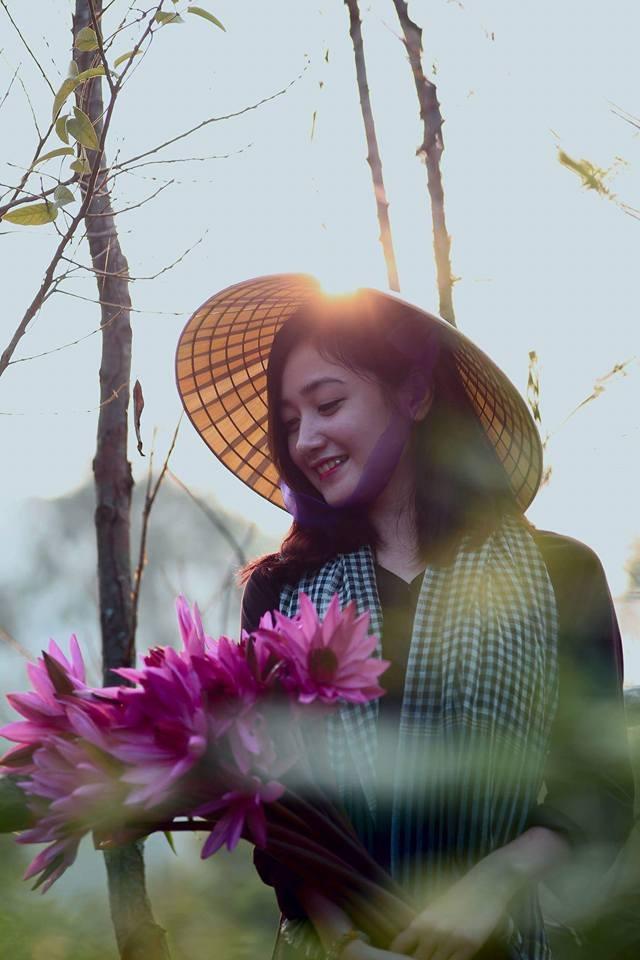 """Thiếu nữ tại chùa Hương bất ngờ được phong... """"hot girl chèo đò"""" - 4"""
