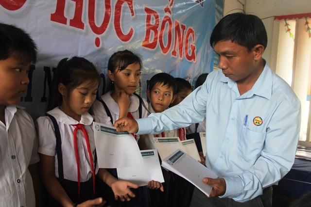 Ông Trần Trường Giang, Trường khu vực Bến Tre (Công ty TNHH Grobest) trao học bổng cho học sinh nghèo