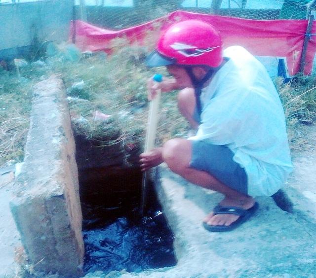 Ông Trần Văn Tâm (Tổ trưởng Tổ bảo vệ dân phố) khẳng định, do trang trại nuôi heo gần đó xả thải qua đường cống thoát nước nên mới gây ô nhiễm đến như vậy.