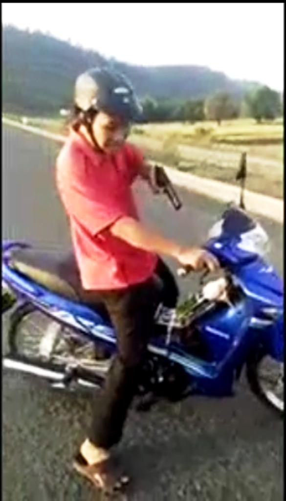 Theo hình ảnh trong video clip, sau khi tranh cãi với nhóm người vào hồ câu cá, ông T. rút súng ra dọa nhưng thấy có người quay phim nên ông này điều khiển xe bỏ đi. (Ảnh cắt từ clip trên Facebook)