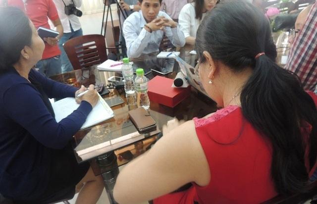 Chị C. (áo đỏ), mẹ của bé gái trong nghi án bé bị xâm hại tại trường học đã gửi đơn đề nghị Công an Thủ Đức, TPHCM niêm phong hệ thống camera ở Trường tiểu học Lương Thế Vinh để điều tra.