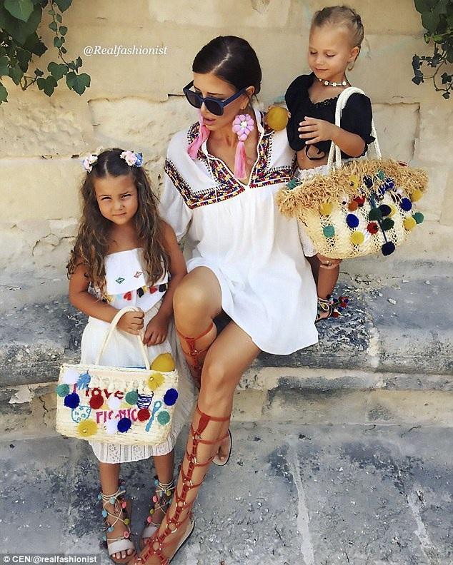 Khi xem bức ảnh này, người ta chỉ có thể nghĩ rằng Zaklina là mẹ của hai em bé, không ai có thể ngờ đó là hai cháu ngoại của Zaklina. Trên trang mạng xã hội của mình, Zaklina thường sử dụng từ khóa #grandmotherthatlovesfashion (bà ngoại yêu thời trang).