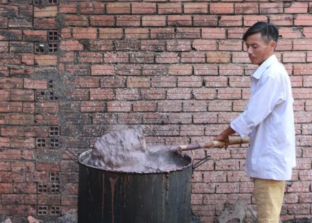Các tạp chất không rõ nguồn gốc được nấu thành chất sền sệt như thế này để trộn với tiêu