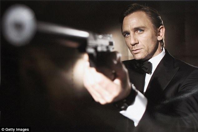 """Daniel Craig chứng tỏ mình là một lựa chọn lý tưởng để đảm nhận vai James Bond khi hai tập phim """"Skyfall"""" (2012) và """"Spectre"""" (2015) có doanh thu lớn nhất trong lịch sử 24 tập phim về Điệp viên 007. Việc tìm một người kế nhiệm thay Craig hẳn rất khó khăn."""