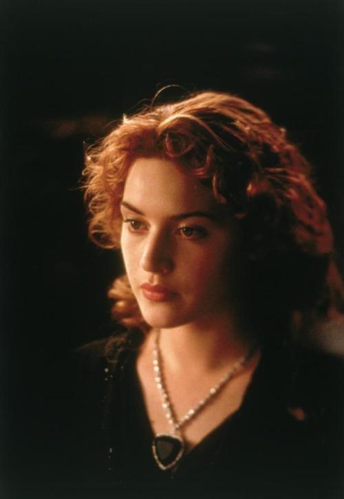 """Nàng Rose và sợi dây chuyền """"Trái tim đại dương"""" trong phim """"Titanic"""" (1997)."""