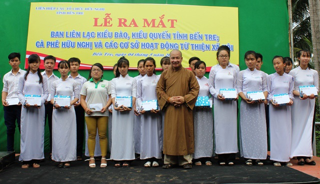 Trao học bổng cho học sinh nghèo, hiếu học trong dịp ra mắt Ban Liên lạc Kiều bào, Kiều quyến