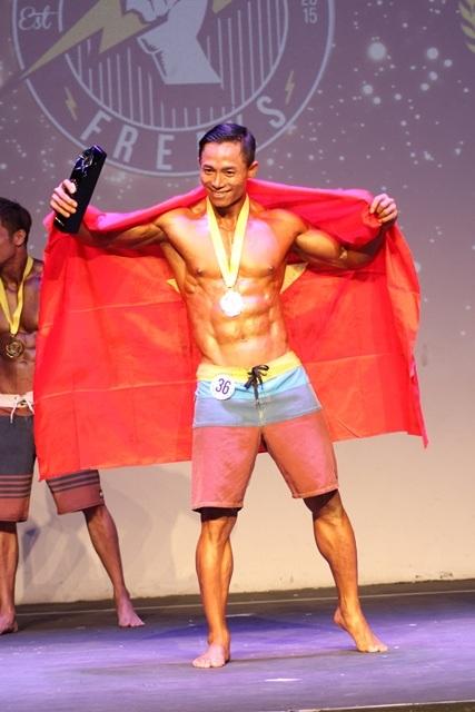Với thể hình cân đối, chuẩn, Hy xuất sắc giành danh hiệu toàn năng, danh hiệu danh giá nhất giải.