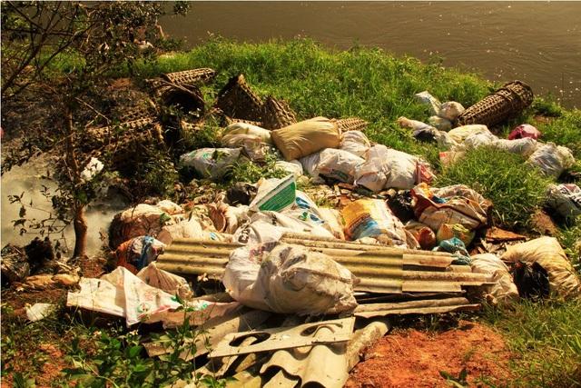 Trước đó, tình trạng xác heo được bỏ trong bao tải rồi vứt dọc ven tỉnh lộ 630 dọc sông Kim Sơn đoạn qua xã Ân Tường Tây (huyện Hoài Ân), gây ô nhiễm môi trường.