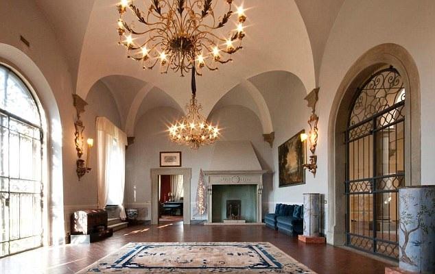 Nội thất bên trong sang trọng, đẳng cấp, pha trộn giữa cổ điển và hiện đại. Công trình được xây dựng từ năm 1610, đã trải qua nhiều lần nâng cấp, sửa chữa, hiện tại có 9 phòng ngủ.