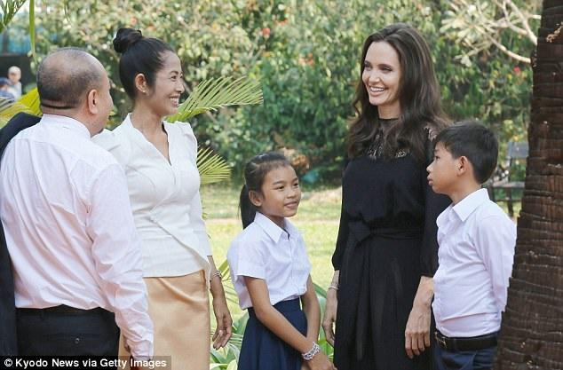 """Angelina cho biết cuối cùng cô đã lựa chọn cô bé Srey Moch đóng chính bởi khi tiền bị lấy lại, cô bé đã """"bột phát cảm xúc ào ạt""""."""