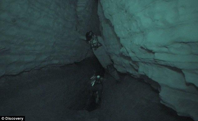 """Trong hang động là những đường hầm có tổng chiều dài 7,5km trải ra trên diện tích 222.000 m2. Ban đầu, người chơi sẽ được thả vào lòng hang từ """"Kẽ nứt tử thần"""" sâu 27m."""