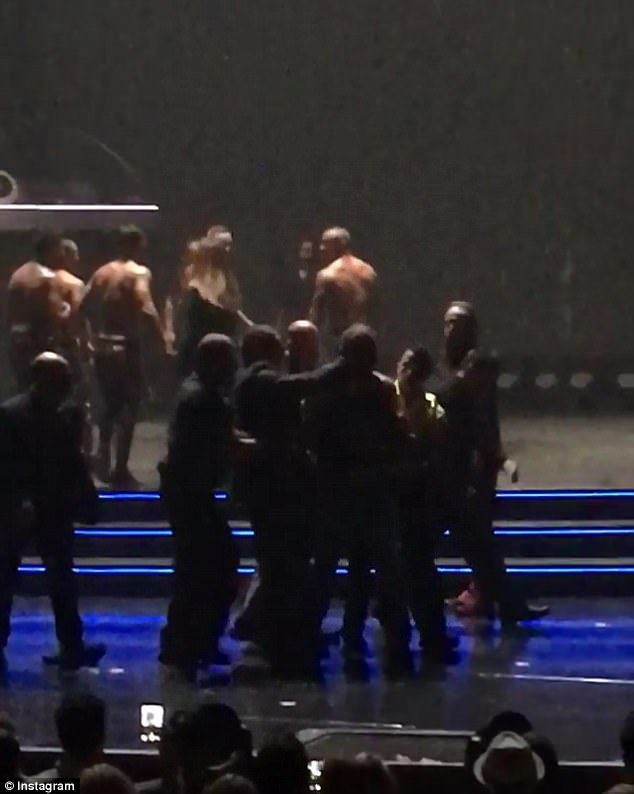 Ngay sau khi người đàn ông quá khích bước lên sân khấu, anh ta đã bị khống chế bởi đội ngũ an ninh và các vũ công nam. Sau đó, người này nhanh chóng bị đưa xuống khỏi sân khấu.