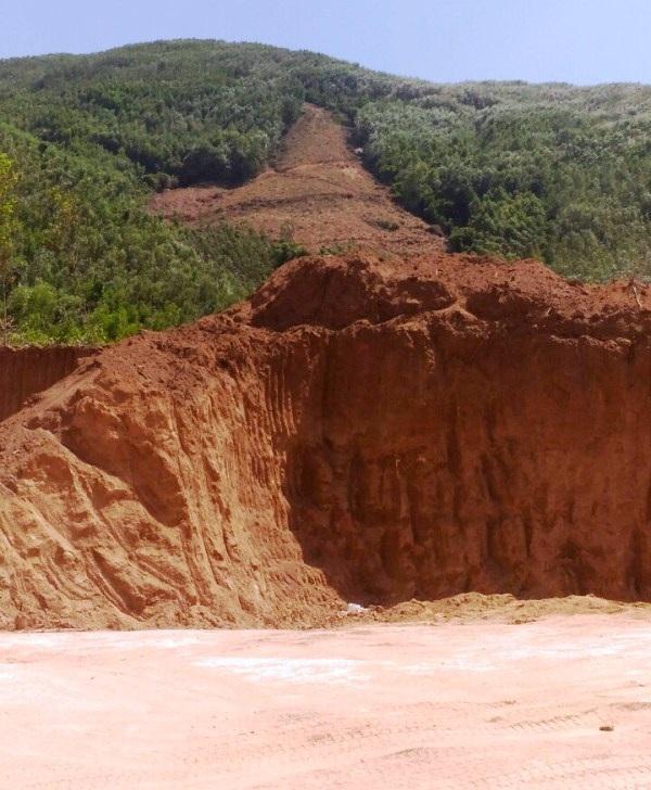 Khu vực núi Hòn Ách, thôn Thanh Long, xã Phước Mỹ bị xẻ thịt