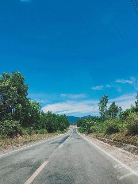 Đường ở Quảng Bình thường rộng, bằng phẳng, vắng người nên rất dễ đi lại, có thể thuê xe máy di chuyển trong thành phố và đến các điểm thăm quan, vừa tiết kiệm tiền vừa được ngắn trọn vẹn cảnh quan thiên nhiên tuyệt đẹp nơi đây.