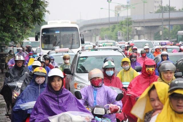 Đường phố Hà Nội ùn tắc nghiêm trọng sau trận mưa lớn kéo dài - 5