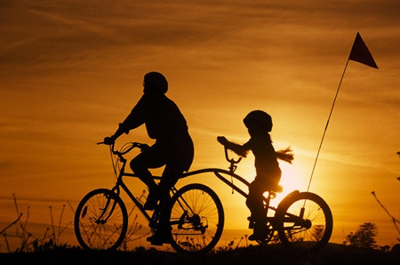 Những kí ức tuổi thơ bên cha là khoảnh khắc hồn nhiên, vô tư nhất. (Ảnh minh họa: Internet)
