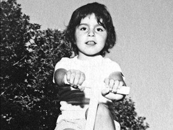 Ông sinh ra trong một gia đình giàu có và nổi tiếng. Ông và cha của Dara là những người sáng lập trong một tập đoàn lớn của Iran liên quan đến dược phẩm, hóa chất và phân phối thực phẩm. Trong cuộc Cách mạng Hồi Giáo diễn ra tại Iran năm 1979, công ty bị chính phủ mới bắt giữ và quốc hữu hóa, khiến gia đình ông phải trốn thoát khỏi đất nước.