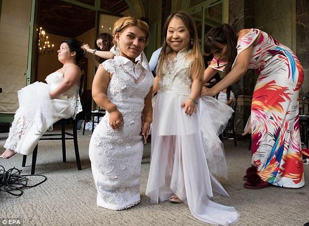 Các người mẫu diện những bộ đầm trắng cầu kỳ được thực hiện bởi nhà thiết kế người Pháp Myriam Chalek.