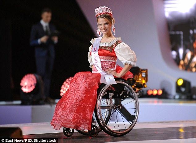 Hoa hậu 23 tuổi trong phần thi trang phục dân tộc, cô diện bộ váy truyền thống của phụ nữ Belarus.