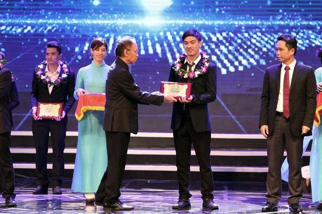 Ông Phạm Huy Hoàn - Tổng biên tập báo Dân trí, Trưởng Ban Tổ chức, trao giải Ba lĩnh vực CNTT. Năm nay, giải Ba trong lĩnh vực CNTT được trao cho 4 sản phẩm của 4 nhóm tác giả.