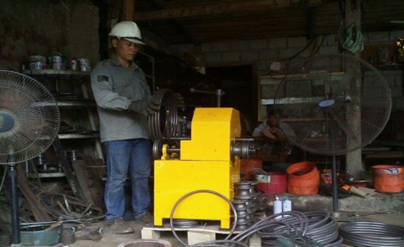Anh Nguyễn Văn Tuấn trong xưởng chế tạo của mình
