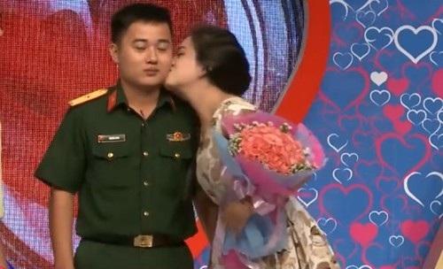Trân chủ động hôn Hùng khiến chú bộ đội đơ tại chỗ.