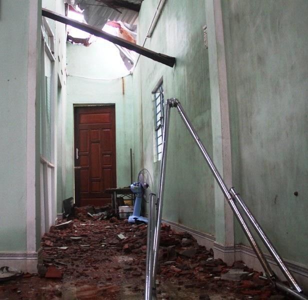 Ngôi nhà kiên cố của vợ chồng ông Khương tích góp hơn 10 năm bán vé số, vay chòm xóm và hỗ trợ của nhà nước bây giờ hư hỏng nặng.