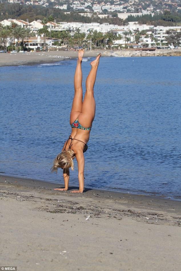 Người đẹp gây choáng với khả năng tập yoga siêu đẳng trên bãi biển