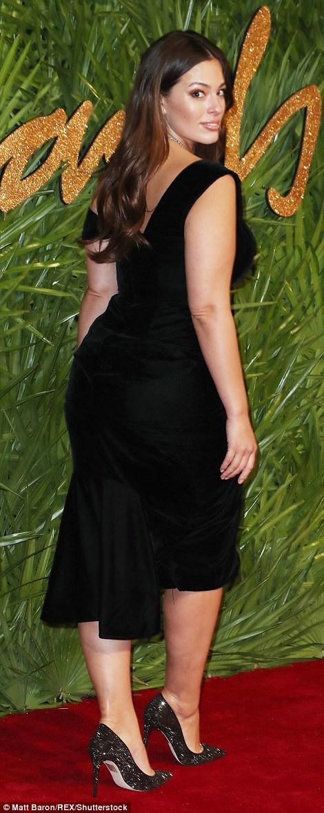 Ashley Graham diện váy đen thanh lịch và kín đáo