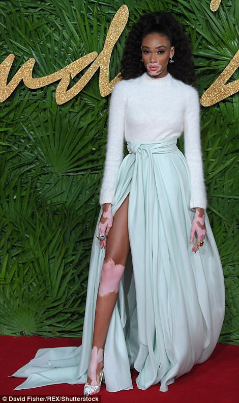 Rita Ora khoe ngực khủng trên thảm đỏ lễ trao giải thời trang - 47