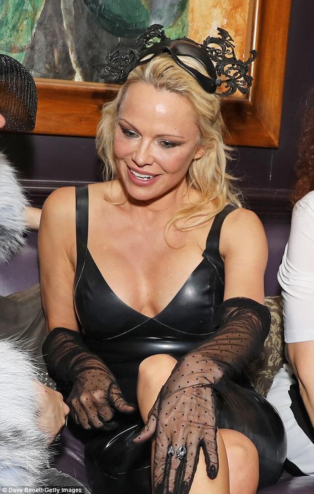 Nữ diễn viên 50 tuổi ăn vận gợi cảm bất chấp tiết trời giá lạnh
