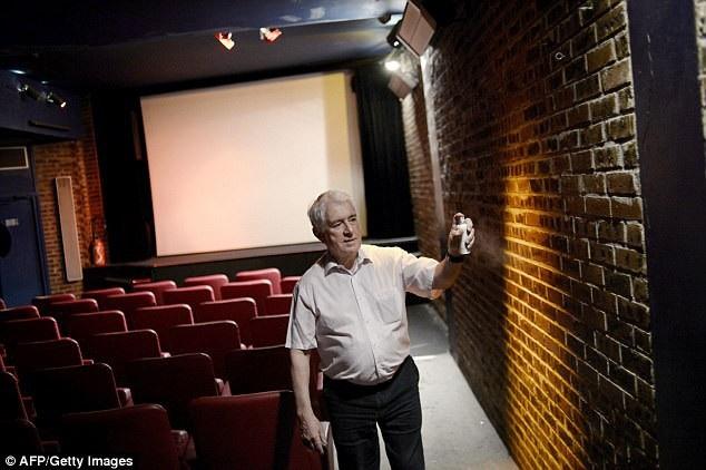 Ông Maurice Laroche, giám đốc của rạp chiếu Beverley đã dần phải giảm lượng nhân công thuê mướn để chăm sóc cho rạp chiếu. Thay vào đó, tự ông đảm nhiệm nhiều phần việc, chẳng hạn như xịt nước thơm cho phòng chiếu.
