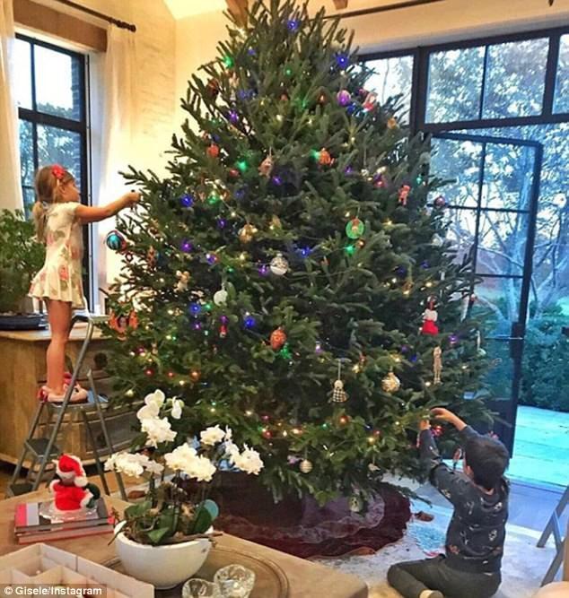 Gisele Bundchen khoe ảnh 2 con trang trí cây thông Noel siêu hoàng tráng