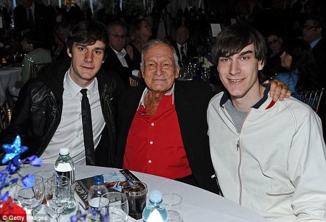 Hugh Hefner bên hai người con trai có được từ cuộc hôn nhân thứ 2 với người mẫu Kimberley Conrad (hiện 55 tuổi) - Marston Hefner (phải) và Cooper Hefner (trái).