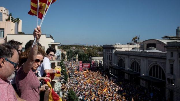 """Theo RT, cuộc biểu tình phản đối xứ Catalonia ly khai tại trung tâm thành phố Barcelona ngày 8/10 đã thu hút ít nhất 350.000 người. Dòng người giương 2 lá cờ Tây Ban Nha và Catalonia cùng những khẩu hiệu: """"Catalonia là Tây Ban Nha"""", """"Chúng ta mạnh hơn khi đoàn kết"""", """"Tôi là người Tây Ban Nha"""". (Ảnh: Getty)"""