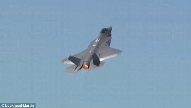 F-35 thực hiện một loạt các động tác trước khi kết thúc bằng động tác nhào lộn 360 độ, thể hiện các thông số kỹ thuật ấn tượng về tốc độ tối đa và khả năng cơ động của máy bay. (Ảnh: Dailymail)