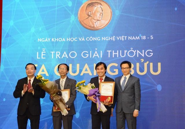 Phó Thủ tướng Vũ Đức Đam và Bộ trưởng Bộ KH&CN Chu Ngọc Anh tặng giấy chứng nhận và hoa chúc mừng hai nhà khoa học nhận Giải thưởng