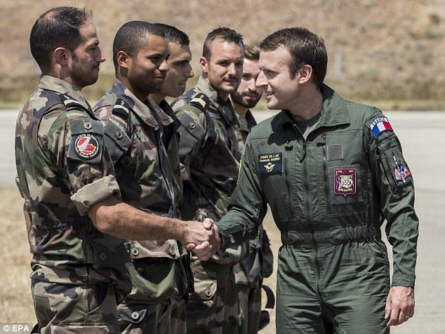 Tổng thống Macron bắt tay các binh sỹ Pháp (Ảnh: EPA)