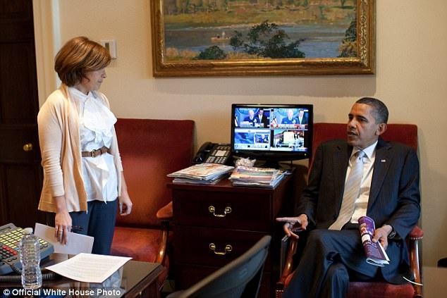 Khi thấy bà Mastromonaco tỏ ra chần chừ vì không biết phải viết một bức thư kiểu dạng đó như thế nào, ông Obama đã cương quyết cầm chiếc điện thoại Blackberry lên và liên tục khẳng định sẽ gửi đi bức thư. Cuối cùng, bà Mastromonaco đã nghe lời khuyên của Tổng thống và có vài buổi hẹn hò với người thích mình. (Ảnh: Nhà Trắng)