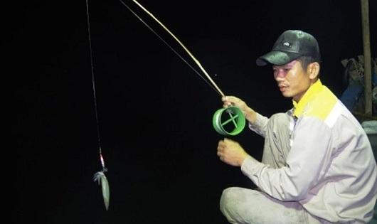 """Ngư dân ở làng biển Hải Phong sống bằng nghề câu """"mực nhảy""""."""