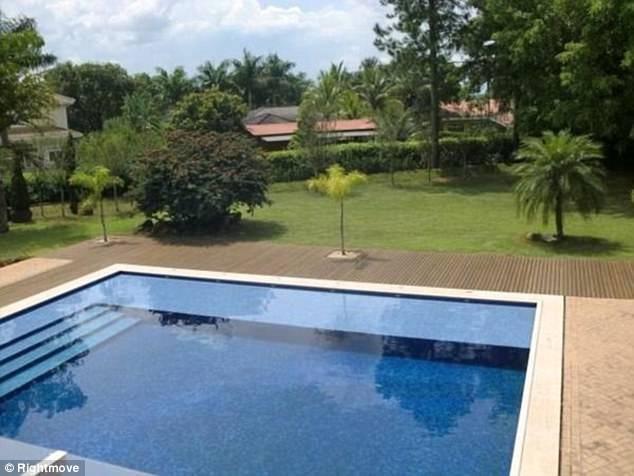 Bể bơi rộng lớn của biệt thự.