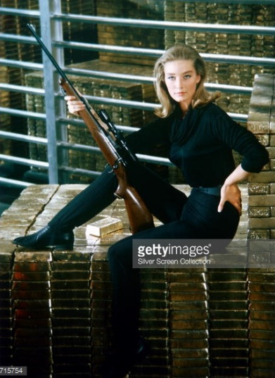 """Nữ diễn viên người Anh Tania Mallet của """"Goldfinger"""" ngồi trên những thỏi vàng trong kho vàng Fort Knox."""