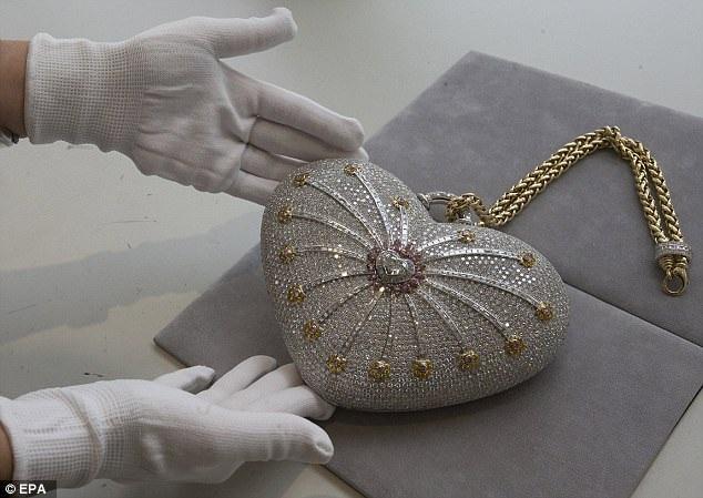 """Chiếc túi xách """"1001 viên kim cương đêm"""" là chiếc túi xách đắt nhất thế giới với giá trị ước tính vào khoảng 3,8 triệu USD (tương đương 86,3 tỷ đồng). Giờ đây chiếc túi sắp được đem ra rao bán đấu giá."""