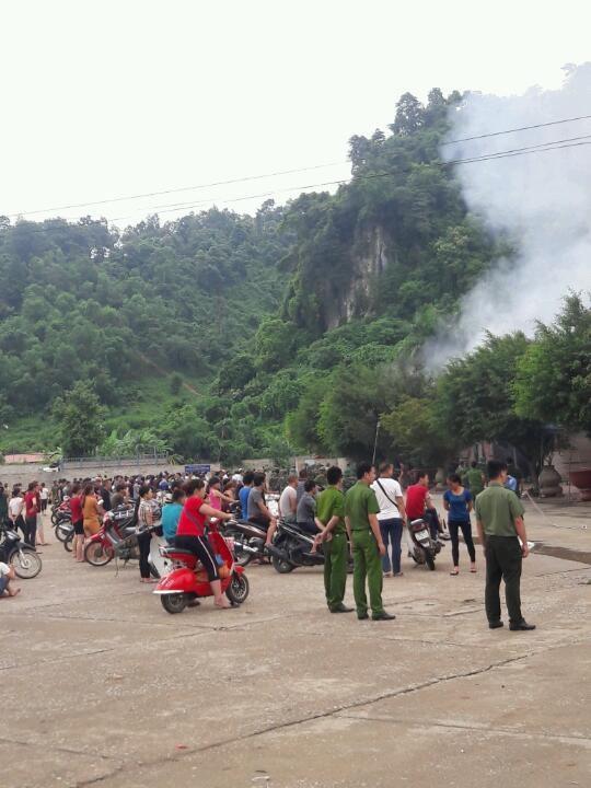 Người dân theo dõi công tác chữa cháy. (Ảnh: CTV)