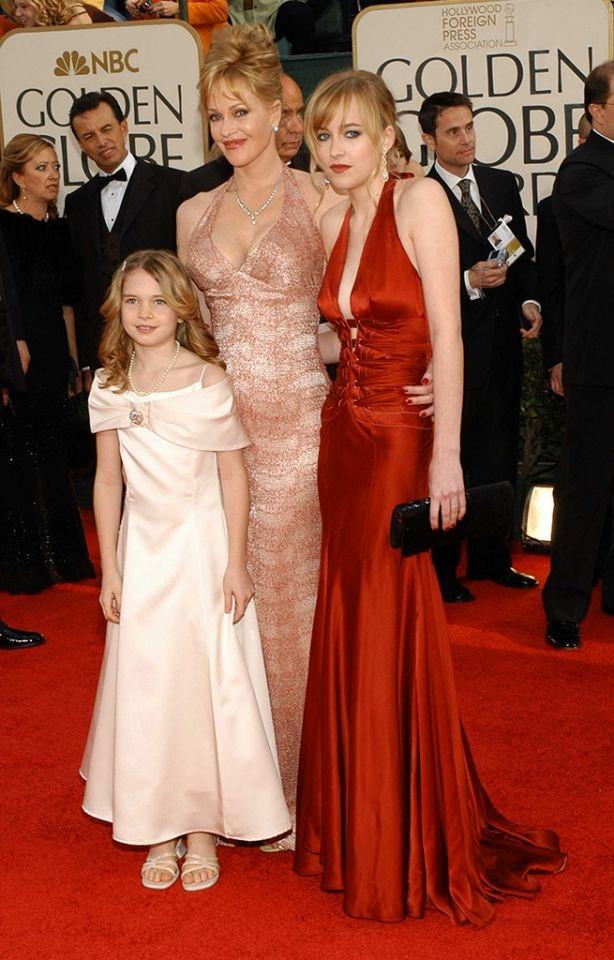 """Dakota Johnson (2006): 9 năm trước khi đảm nhận vai diễn nóng bỏng trong """"50 sắc thái xám"""" (2015), nhan sắc 17 tuổi Dakota Johnson đã chính thức ra mắt Hollywood với danh hiệu Miss Golden Globe. Cô là con gái của cặp đôi diễn viên Melanie Griffith - Don Johnson."""