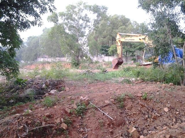 Tình trạng công trình xây dựng bị tố lấn chiếm (ảnh trên) và dự án khách sạn của Công ty Hải Lưu vào năm 2015 (ảnh dưới).