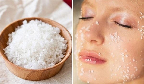 Muối cũng có tác dụng làm giảm bọng mắt đáng kể. (Ảnh minh họa)