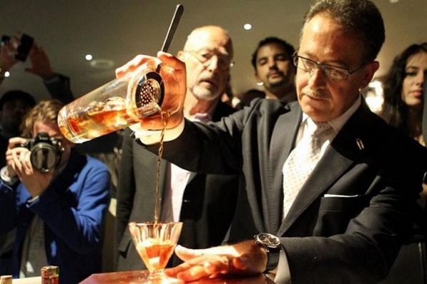 Ly cocktail giá 7.300 USD đắt nhất thế giới. Vào năm 2012, nhà pha chế rượu nổi tiếng người Ý Salvatore Calabrese đã ghi tên ông vào sách kỷ lục Guinness với ly cocktail đắt nhất thế giới, trị giá 7.300 USD. Ly cocktail là sự hòa quyện của nhiều loại rượu có tuổi đời rất lâu, như rượu cô-nhắc 1778 Clos de Griffier Vieux, rượu mùi Kumme1770, rượu vỏ cam Dubb được pha chế từ năm 1860, và cuối cùng là rượu bia đắng Angostura từ những năm 1900. Nếu tính tổng cộng độ tuổi các loại rượu, thì ly cocktail có tuổi đời hơn 700 năm, vì vậy, nó có giá trị lên tới 7.300 USD.